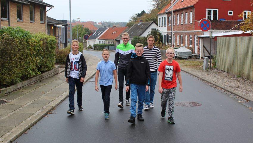 De seks anbragte søskende fotograferet i deres hjemby Lemvig