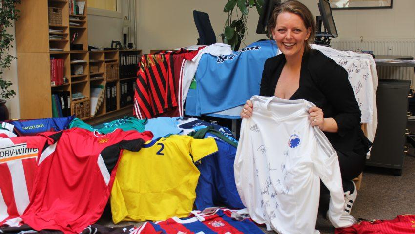 De mange sportstrøjer på Børnehjælpsdagens kontor i København