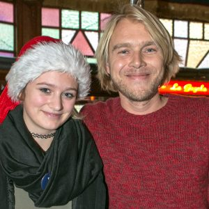 Ambassadør Felix Smith sammen med anbragt pige til Børnehjælpsdagens julefest i Odense. Foto: Kim Agersten.
