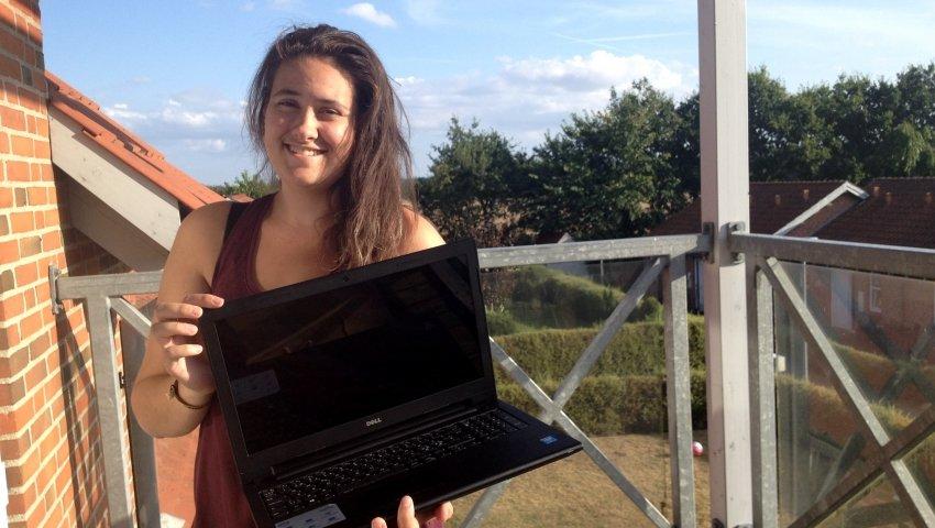 Louise med den computer, hun fik via Børnenes IT-Fond i 2014