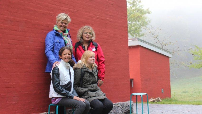 To plejemødre og -døtre fotograferet foran Knagelbjerghus