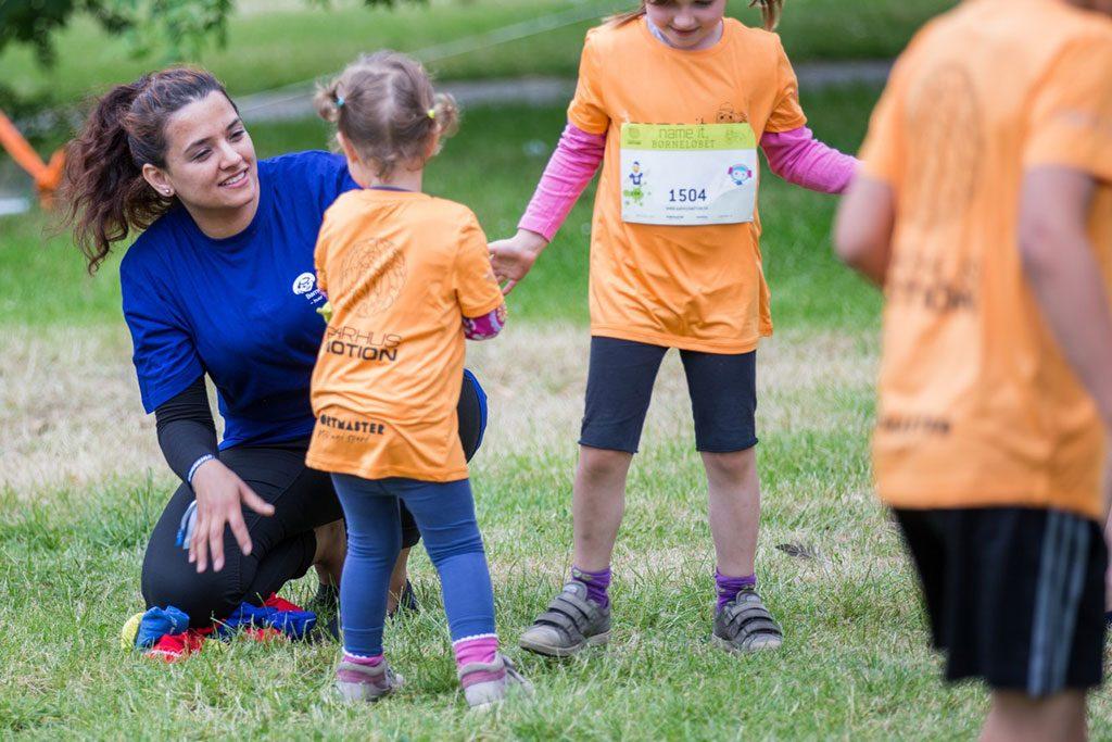 Bliv frivillig i Børnehjælpsdagen og vær med til at styrk anbragte børn og udsatte unge i Danmark.