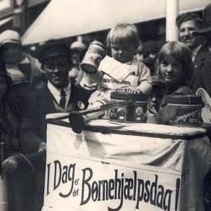 Ung pige samler penge ind til årets Børnehjælpsdag 1930 i København