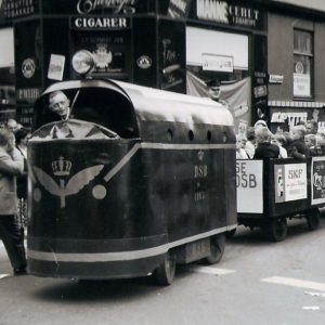 Toget kørte gennem gaderne med børn til årets Børnehjælpsdag i 1962