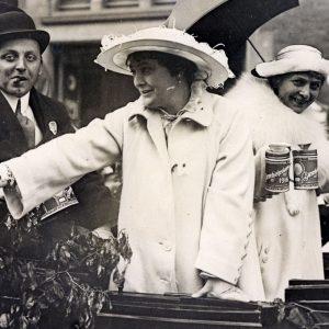 Dagmar Hansen og hendes søster til årets Børnehjælpsdag i 1916
