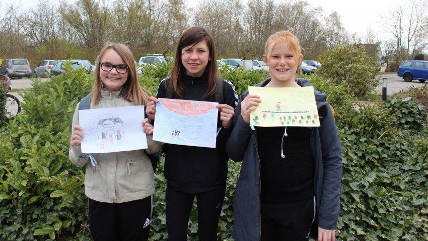 Sarah, Natazcha og Kristine viser deres drømmetegninger frem