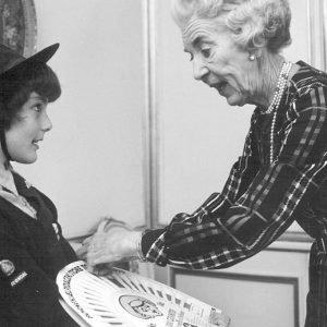 Dronning Ingrid køber Lillebror Lotteri af ung spejder