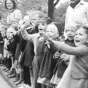 Glade børn ser flittigt med da optoget kom forbi til årets Børnehjælpsdag i 1939