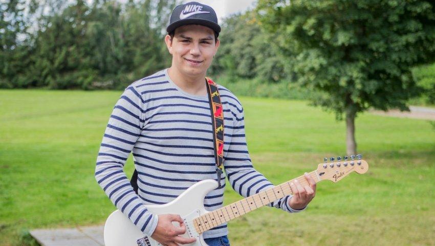 Andreas med sin spritnye guitar, en hvid Fender Stratocaster