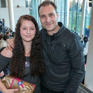 Ambassadør Alexandre Willaume sammen med anbragt pige til julefesten på SMK i København. Foto: Kim Agersten.
