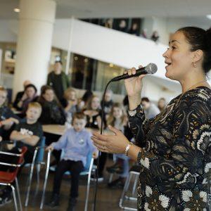 Ambassadør Julie Berthelsen synger for til årets julefest for anbragte børn og unge på ARoS i Aarhus