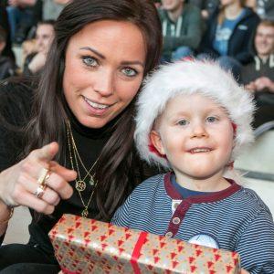 Ambassadør Lisbeth Østergaard uddeler julegaver til anbragte børn og unge. Foto: Kim Agersten.