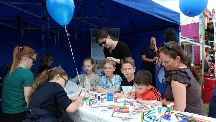Børn tegner ved bord