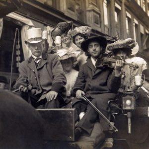 Kusk og indsamler i hestevogn til årets Børnehjælpsdag i 1905, København