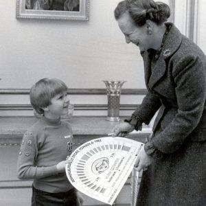 Dronning Margrethe køber Lillebror Lod af ung spejder