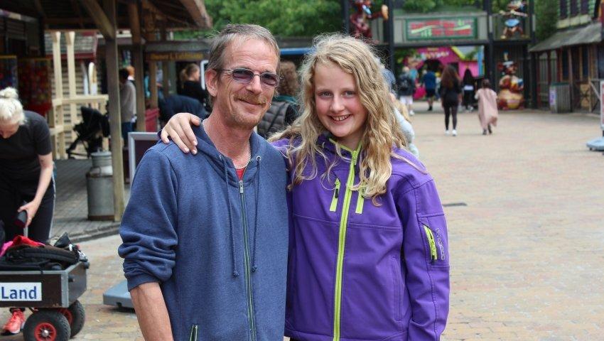 Anja hygger med sin biologiske far, Jørgen, i Bon Bon land