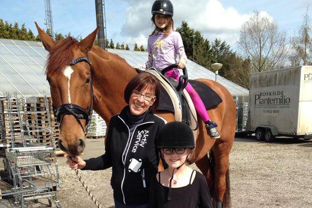 Roskilde Voltige Klub solgte Børnehjælpsdagens Lillebror Lotteri 2014. De brugte klubbens hest til at skabe opmærksomhed og solgte på den måde flere lodder. Foto: Privat.