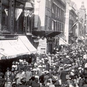 Mange mennesker samlet til årets Børnehjælpsdag på Strøget i København i 1918