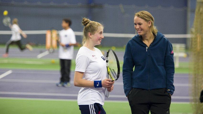 Tennis-Caroline-Wozniacki-spiller-anbragte-børn-Børnehjælspdagen_850x480_acf_cropped alt