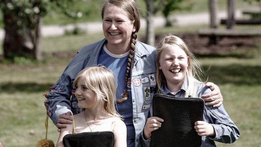 De to søstre og supersælgere, Elizabeth Kirstine og Madeleine Carolina Stens Jensen, sammen med Heidi H. Henningsen,