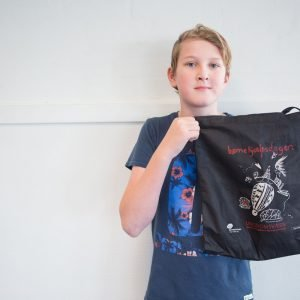 Elever sælger muleposer for at støtte anbragte børn