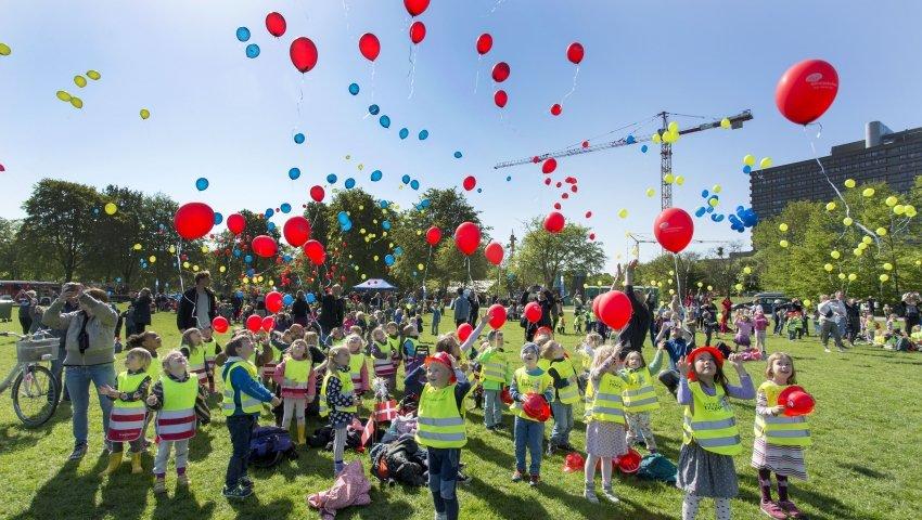 Børnehavebørn sender balloner til vejrs