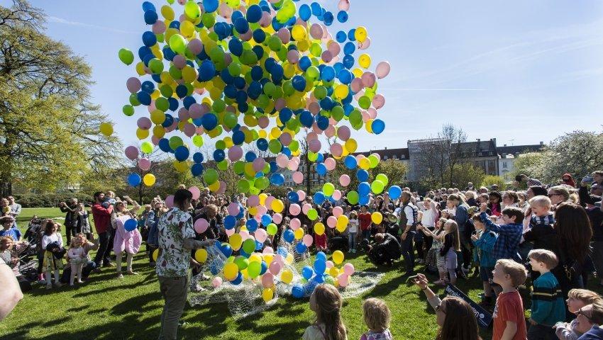 Farvestrålende balloner stiger til himmels