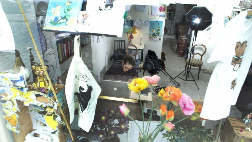 Carl Quist-Møller arbejder i sit atelier