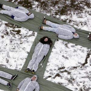 Skoleelever danner motivet til Børnehjælpsdagens årsplakat i Fælledparken