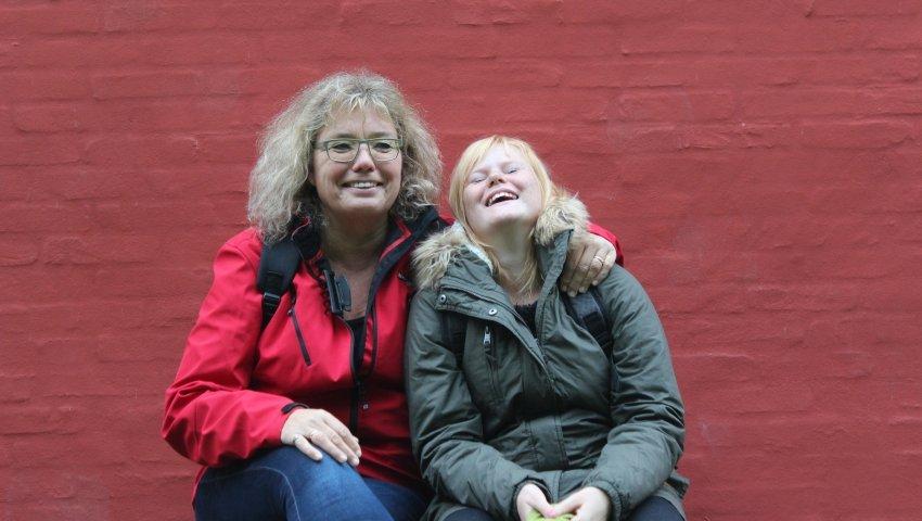 13-årige Kristine sammen med sin plejemor, Lene Britt