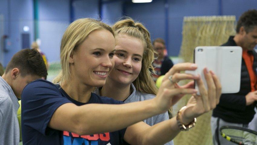 Caroline Wozniacki tager selfie med anbragt unge pige