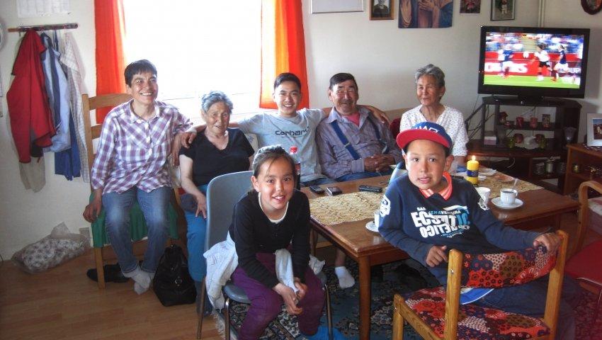 16-årige 'Malik' omgivet af sin grønlandske familie