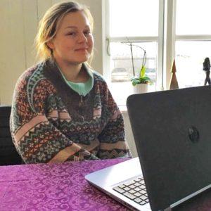 Boernenes-IT-Fond-uddeler-computer-til-ung-i-plejefamilie-2015-ved-vinduet