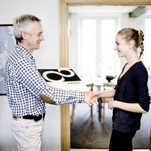 Boernenes-IT-Fond-uddeler-computer-til-ung-paa-opholdsted-i-kolding-2012-overraekkelse