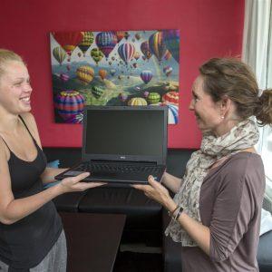 Boernenes-IT-Fond-uddeler-computer-til-ung-paa-ungecenter-i-hvidovre-2012-overraekkelse