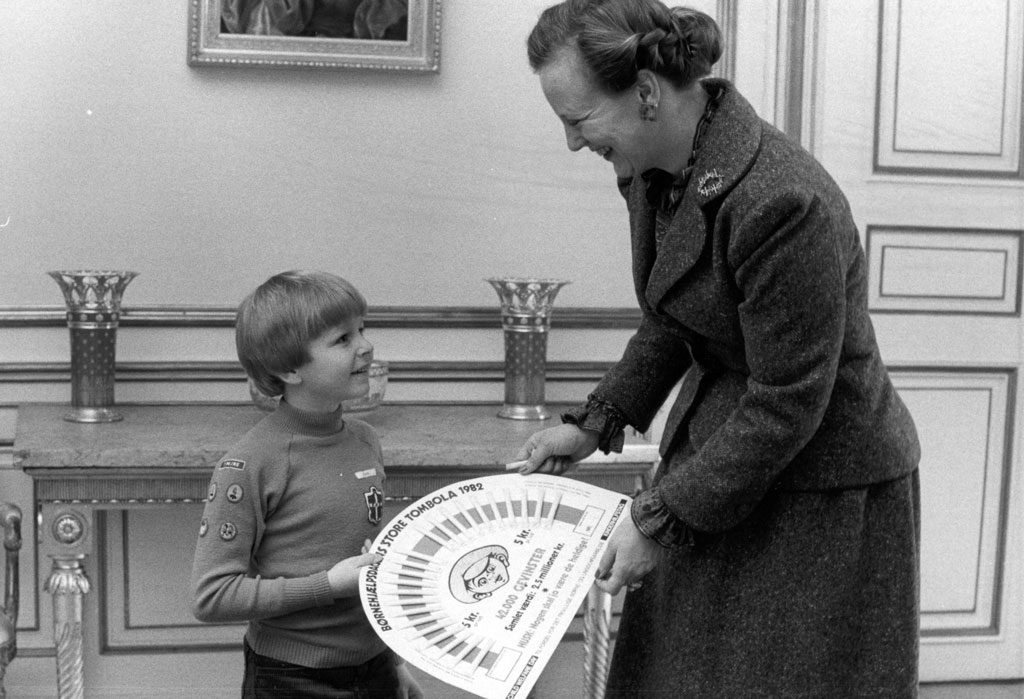H.K.H. Dronning Margrethe trækker et lod i Lillebror Lotteriet i 1982.