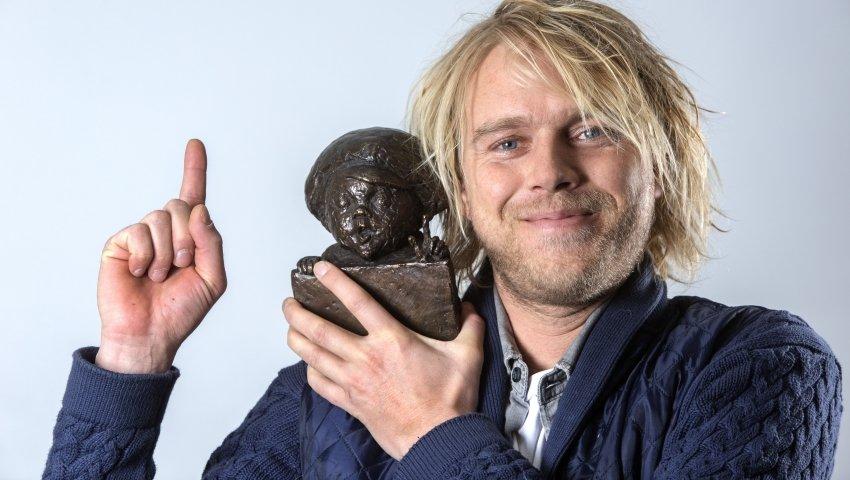 Børnehjælpsdagens ambassadør, Felix Smith, viser Lillebror-statuetten frem