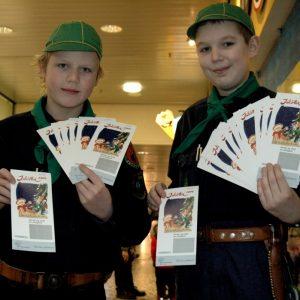 Julelotteriet 2004 bliver solgt af De Grønne Spejdere.