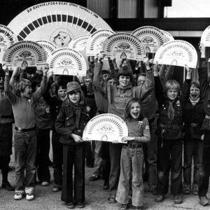 Grønne spejdere med Lillebror Lotteriet 1980.