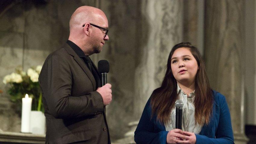 Karina med en miktorfon ved siden af Lars Hjortshøj