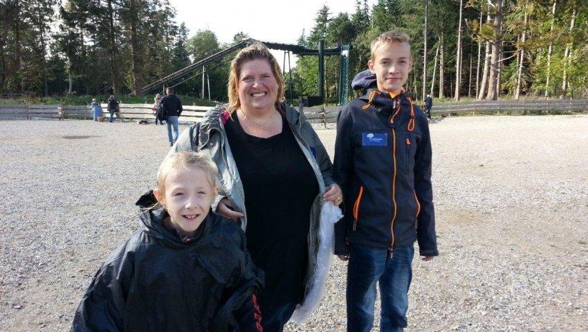 11-årige Mille i Knuthenborg Safaripark sammen med sin plejemor Randi og plejebror David: