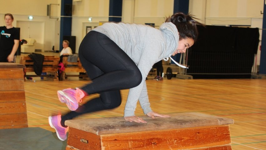 Ninni hopper over et gymnastikredskab