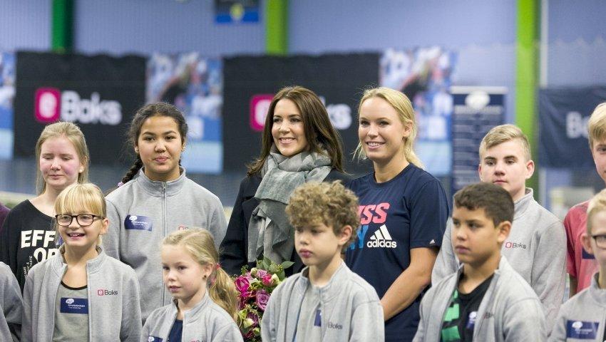 Gruppebillede med anbragte børn, kronprinsessen og Caroline