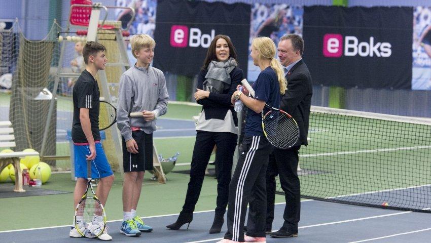 16-årige Tobias og 13-årige Nicolai hilser på Kronprinsessen og Caroline