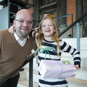 Ambassadør Lars Hjortshøj deler gaver ud til julefesten på Statens Museum for Kunst