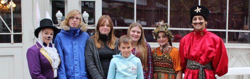 Anbragte børn og unge til Eventyrteatrets forestilling i Glassalen