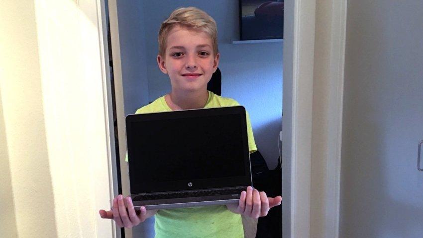 Lucas med en ny computer fra Børnenes IT-Fond. Foto: Privat