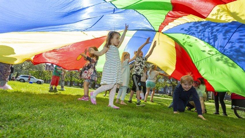 2018-05-06-Årets-Børnehjælpsdag-faldskærm-foto-Kim-Agersten-850_850x480_acf_cropped
