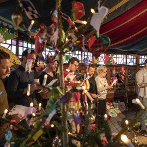 Kendisser synger julesange til julefest i Spejlteltet i Odense