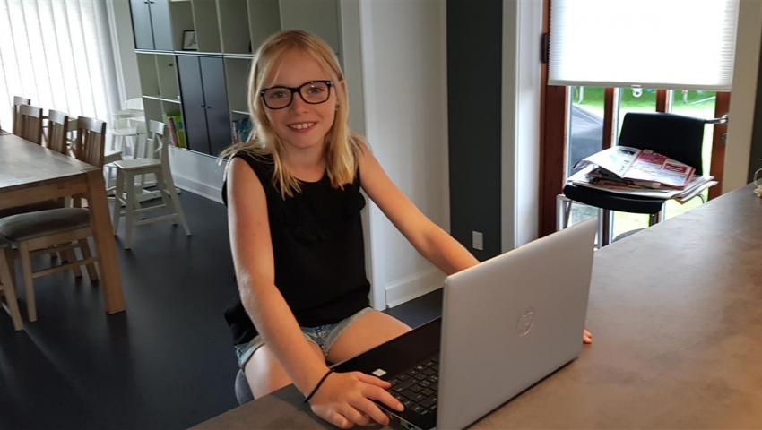 Anbragte børn modtager computer fra Børnenes IT-fond